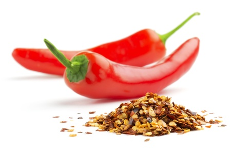 chiles secos: pila de chiles machacados y chiles rojos frescos