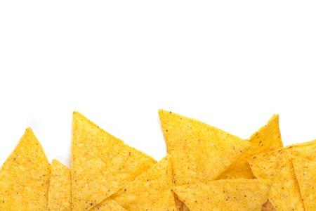 tortilla de maiz: borde de chips de tortilla en el fondo blanco