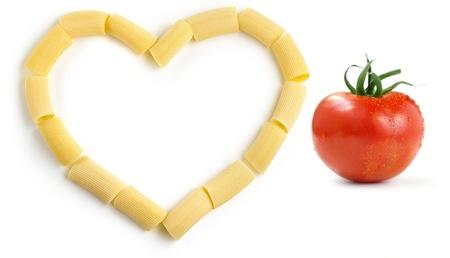 semolina paste: rigatoni e pomodoro rosso su sfondo bianco Archivio Fotografico