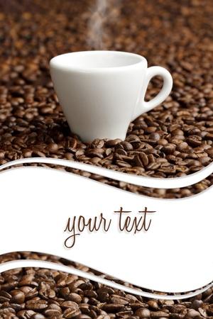 dampende kop op de achtergrond van koffie bonen met een kopie ruimte Stockfoto
