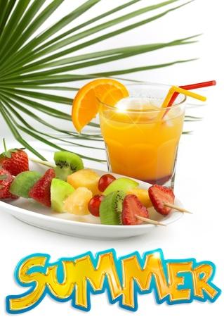 fruit skewers: c�ctel tropical con frutas pinchos snd verano de la palabra Foto de archivo