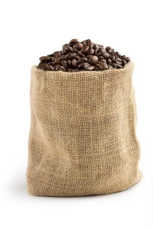 jutezak vol koffiebonen op witte achtergrond Stockfoto