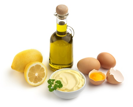 Schüssel Mayonnaise und Zutaten auf weißem Hintergrund Standard-Bild - 20786890