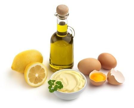 mayonesa: taz�n de mayonesa y los ingredientes en el fondo blanco Foto de archivo