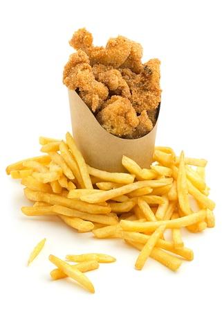 pescado frito: nuggets de pollo y papas fritas francés sobre fondo blanco