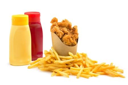 nuggets pollo: nuggets de pollo, papas fritas y condimentos