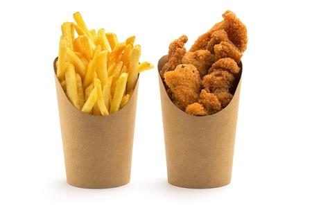 pollo frito: papas fritas y trozos de cajas de papel en el fondo blanco Foto de archivo