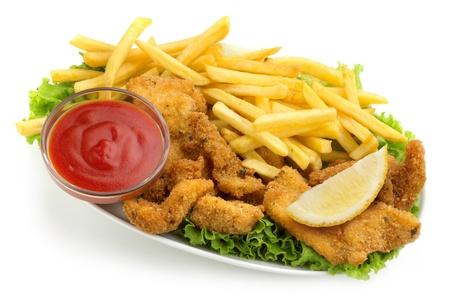 nuggets pollo: nuggets de pollo y papas fritas con lechuga y salsa de tomate en el fondo blanco