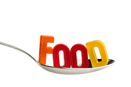 comedor escolar: letras de colores en una cuchara aislados sobre fondo blanco