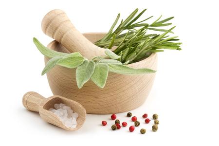 mortero: salvia y el romero en el mortero, cucharada de sal gruesa y pimienta