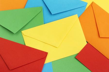 levelezés: háttérben színes leveleket borítékok