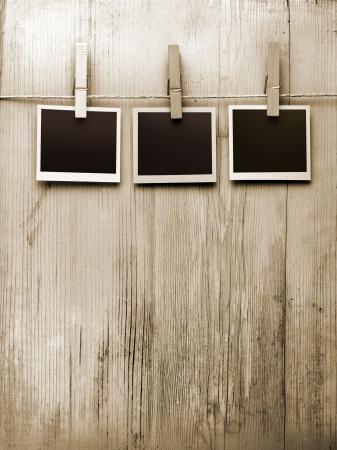 木製の背景にロープから掛かっているスナップショット 写真素材