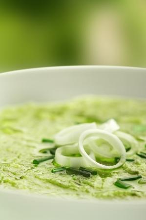 オニオン リング添えスープのクローズ アップ