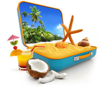arena y conchas en una maleta aislados en fondo blanco