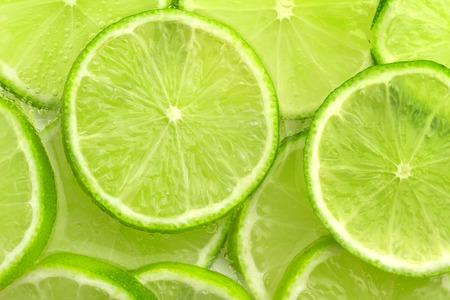 close-up van gesneden limoen in bruisend water Stockfoto