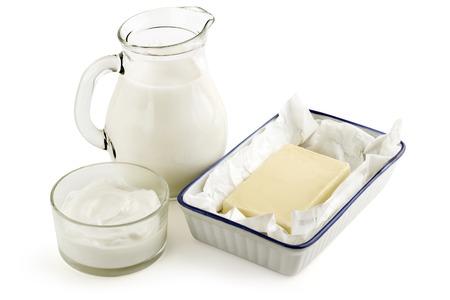 macho cabrio: la leche, la mantequilla y la crema aisladas sobre fondo blanco