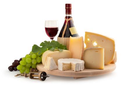 queso de cabra: tabla de quesos, la uva y el vino en el fondo blanco
