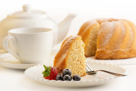 porcion de torta: rebanada de pastel de esponja y de porcelana blanca Foto de archivo