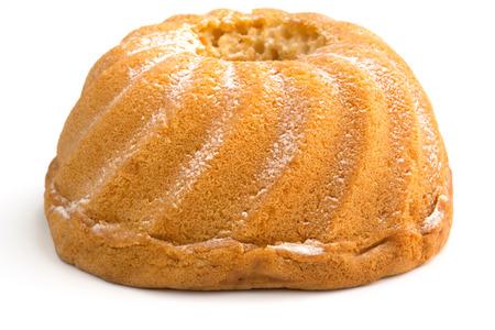 白い背景上に分離されて全体のリング ケーキ