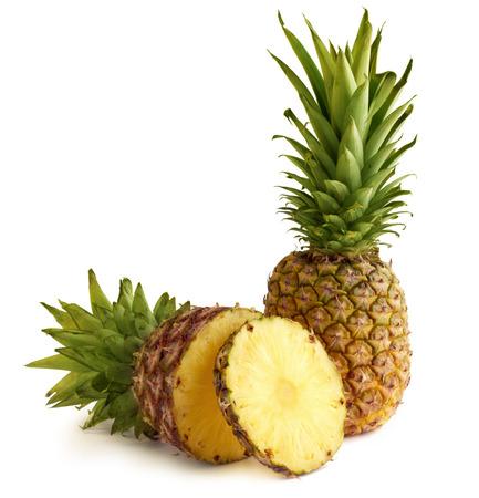 白の背景に分離された 2 つの新鮮なパイナップル