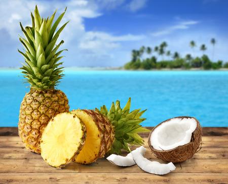 aceite de coco: piña fresca y el coco en el paisaje tropical Foto de archivo