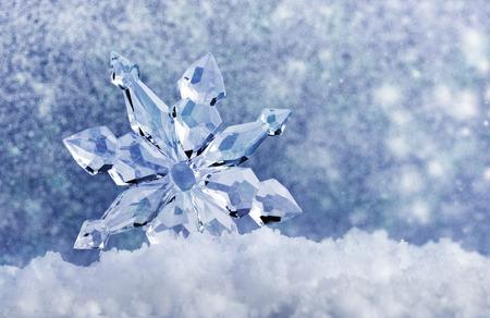 ijskristal op sneeuw in de achtergrond wazig