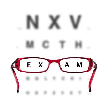 Gafas de color rojo y eyechart sobre fondo blanco Foto de archivo - 33164879