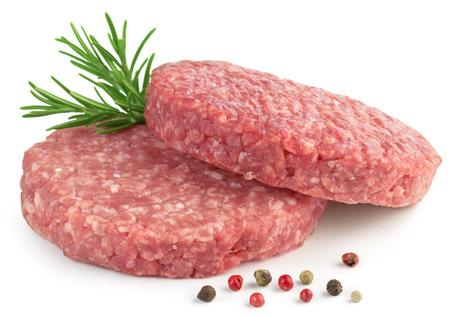 carnes rojas: dos hamburguesa cruda, el romero y la pimienta en el fondo blanco