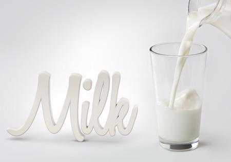 """melk gegoten in een glas en woord """"melk"""""""
