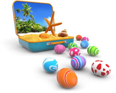 huevo blanco: arena con conchas de mar en una maleta y huevos de Pascua Foto de archivo