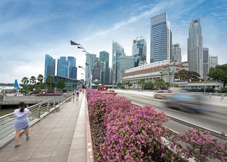 avenue en promenade met financiële district op de achtergrond