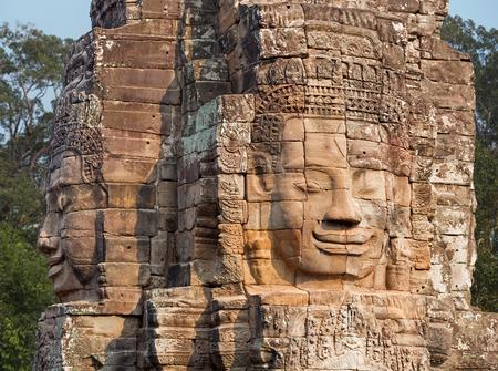 cabeza de buda: Cabeza de Buda tallada en piedra en Bayon Foto de archivo