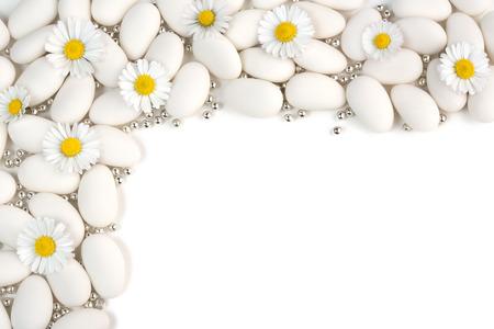 bautismo: blanco con grageas de plata esferas y margaritas en el fondo blanco