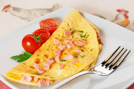 omelette with ham cherry tomatoes and cilantro Stockfoto