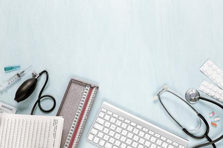 bovenaanzicht van medische apparatuur op een blauwe bureau