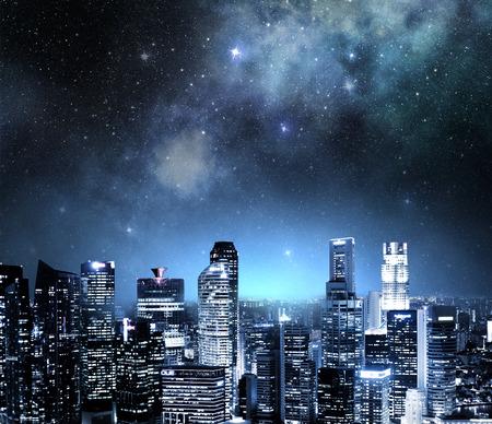 skyline van de stad bij nacht onder een sterrenhemel Stockfoto