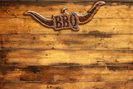 """pinchos morunos: """"barbacoa"""" placa clavado en una tabla de madera"""