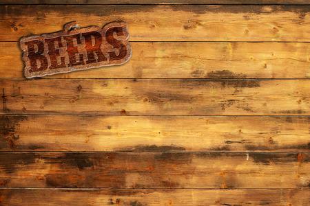 cerveza: cervezas placa clavados en una tabla de madera Foto de archivo