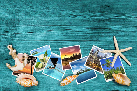 agencia de viajes: fotos y conchas de mar sobre fondo de madera azul viajar