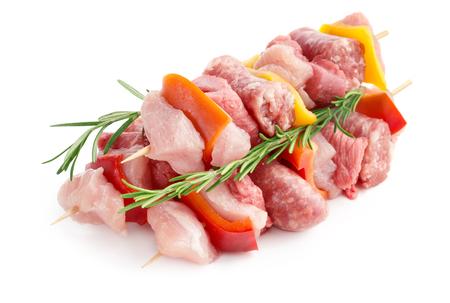 vleesvleespennen en takjes rozemarijn op een witte achtergrond Stockfoto
