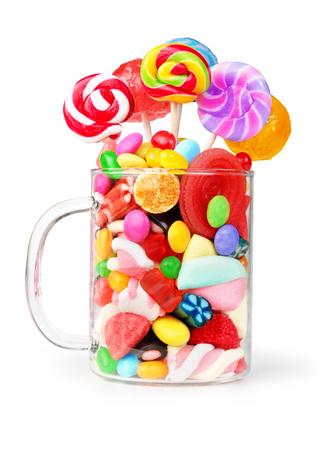 mok glas vol snoepjes op een witte Stockfoto