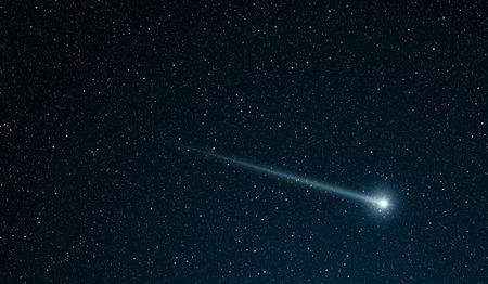 padající hvězda jít přes hvězdném poli