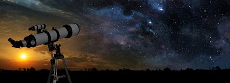 Melkweg bij zonsondergang en telescoop op de voorgrond