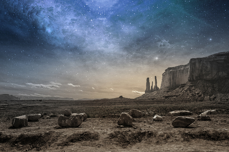 galaxie: Blick auf einen felsigen Wüstenlandschaft in der Dämmerung