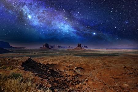 csillagos éjszakai ég alatt a Monument Valley Stock fotó