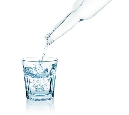 vaso con agua: embotellar el agua que vierte en un vaso
