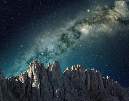 山の尾根の上に空で天の川
