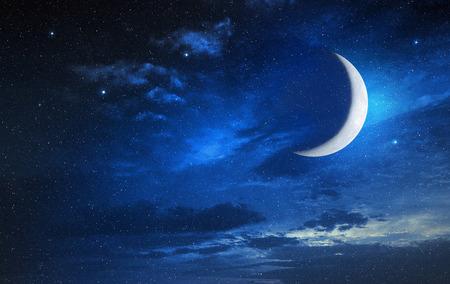 별이 빛나는 흐린 하늘에 달
