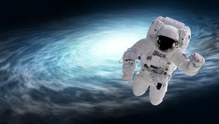 cosmonauta y galaxia espiral, elementos de esta imagen proporcionada por la NASA