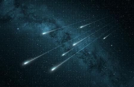 별이 빛나는 밤하늘에 유성우가있다. 스톡 콘텐츠